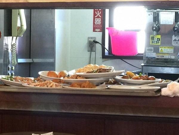 食中毒の横浜中華街「華龍飯店」、皿の上に皿乗せていた!? 店員態度悪いなど評判も最悪