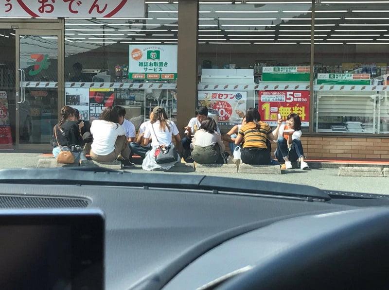【合コン代ないの?】大阪の大学生、セブン前で合コンを開催するwwwwwwwwwwww