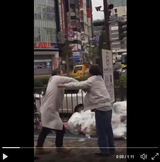 新宿でおっさん同士がガチ喧嘩!→誰も止めず白熱するが、最後にはwwwwww