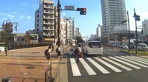 【炎上】吉澤ひとみの事故のドラレコ公開後の印象変化 被害者叩き→同情、通行人の女子学生叩き
