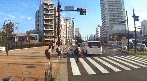 吉澤ひとみのひき逃げ動画のドラレコ車両は違法駐車と批判殺到 信号を塞いだせいで見えなかったとの声も
