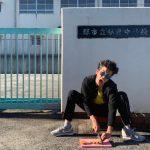 "YouTuberYOSHIKI、母校で""メンチ""切る画像を謝罪"