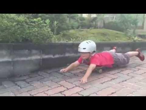 【事故】4歳児がスケートボードで腹ばい滑走で車にひかれる「一方的に運転手の責任にするのはあからさまに理不尽」「保護者の監督不行き届きが最大の原因」