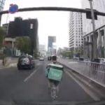 【物議】UberEats(ウーバーイーツ)配達員が自転車で道路の真ん中を爆走→タクシーに当たり屋行為 なぜかどっちが悪いか議論勃発