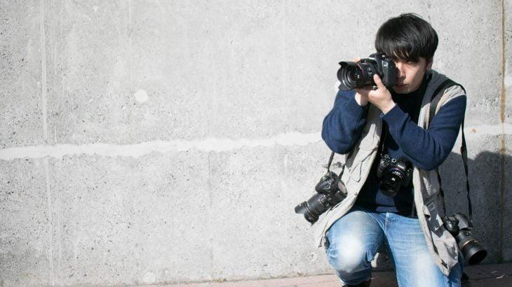 【プロカメの檻?非常識?】道路で車から身を乗り出し写真撮影する男がヤバい